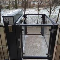 Platforma pionowa JURA 14.10 jest dostawiona bezpośrednio bo balkonu z którego osoba niepełnosprawna wyjeżdża wprost na podest windy. W miejscu wyciętej barierki balkonowej dostawiamy bramkę z elektroryglem.