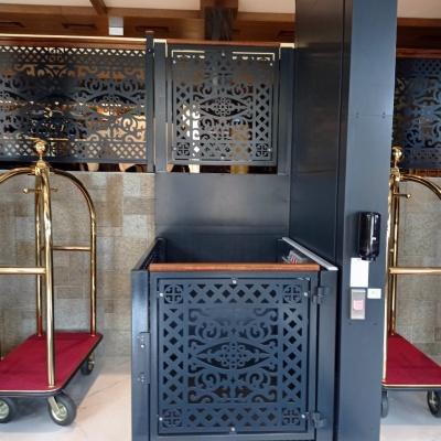Platforma pionowa Jura 14.10 w hotelu w Karpaczu. Bramka górna i kosz windy zostały wypełnione przy użyciu metaloplastyki